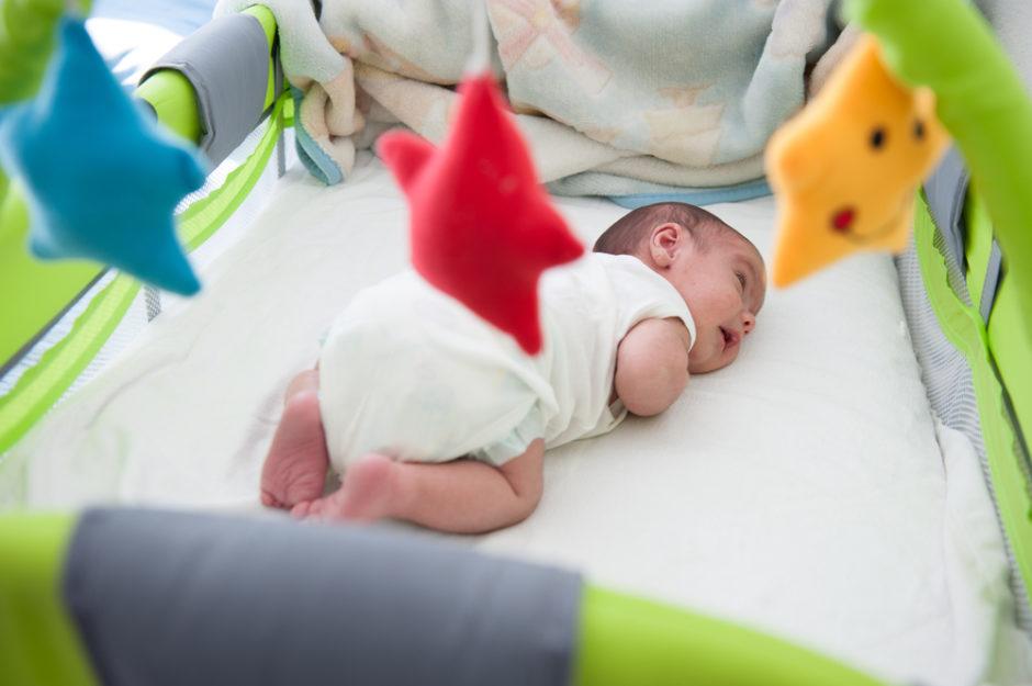 niemowle-w-lozeczku
